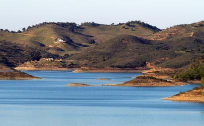 Barragem de Santa Clara, Odemira, Alentejo, 6 de fevereiro de 2008 – Foto de Guy Moll/flickr, disponível em wikipedia.pt