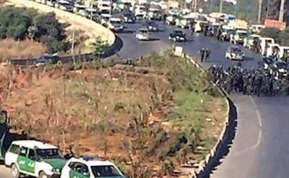 Barreira policial no acesso a Argel. Foto do El Watan.