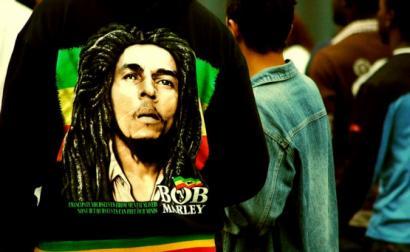 Bob Marley, foto estampada numa t-shirt – imagem de mdemon/flickr, is licensed under CC BY-SA 2.0