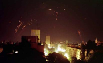 Bombardeamento de Belgrado por aviões da Nato em 1999 – Foto de Darko Dozet, wikimedia