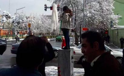 Os protestos contra a obrigatoriedade de utilização do véu islâmico por parte das mulheres começaram em dezembro de 2017 e um iraniana que destapou a cabeça em público foi condenada a 2 anos de prisão.