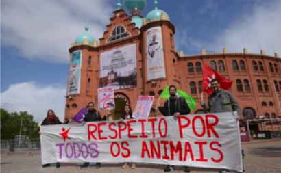 Bloquistas na Marcha Animal em frente à Praça de Touros do Campo Pequeno.