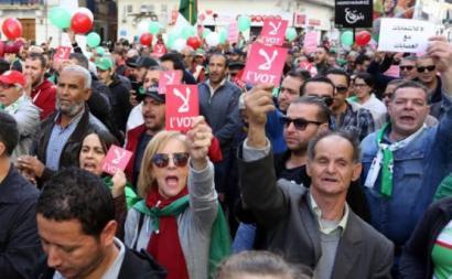 Manifestantes mostram o cartão vermelho à eleição.
