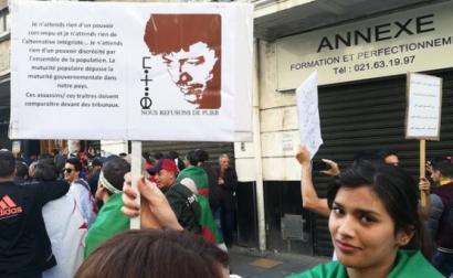 Manifestante transporta cartaz com uma citação de Matoub Lounès durante a marcha em Argel a 12 de abril de 2019. Foto de Jérôme Duval