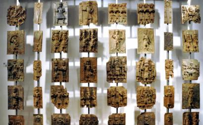 Bronzes do Benim no British Museum. Foto de Andreas Praefcke/wikimedia Commons.