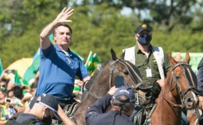 """Bolsonaro em pose de ditador: o """"bluff"""" ficou exposto. Foto reprodução do Youtube."""