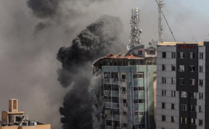 Colapso do edifício da AP e da Al Jazeera em Gaza, por ataque de Israel, 15 de maio – Foto de Mohammed Saber/Epa/Lusa