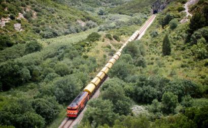 Comboio de cereais na Linha do Oeste. Foto via flickr de Nuno Mourão, licença creative commons.