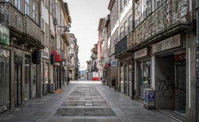 A crise pendémica e as medidas para a combater agravam a crise económica. Comércio fechado e rua deserta em Braga durante o primeiro confinamento em março de 2020 – Foto de Hugo Delgado/Lusa