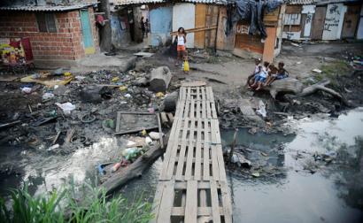 Estamos a ser testemunhas mais uma vez dos enormes custos da desigualdade em massa – Complexo da Maré, Rio de Janeiro, área muito vulnerável à covid-19 – Foto Fernando Frazão/Agência Brasil