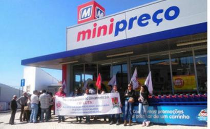 Trabalhadores numa ação de luta em frente ao Minipreço. Foto da CGTP.