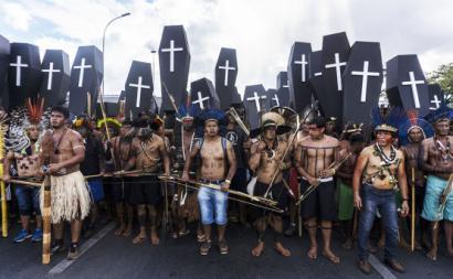 """Foto de Rogério Assis/MNI. Cerimónia fúnebre de protesto na Esplanada dos Ministérios. """"Os nossos familiares estão a ser assassinados pela política atrasada dos parlamentares que não respeitam a Constituição"""" disse Sônia Guajajara."""