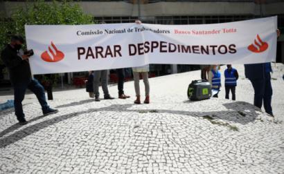 Trabalhadores do Santander Totta manifestaram-se contra despedimento de 100 a 150 trabalhadores em 12 de maio de 2021 – Foto de Estela Silva/Lusa