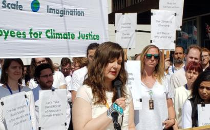 Emily Cunningham, uma das trabalhadoras despedidas da Amazon fala numa ação do grupo ambientalista de trabalhadores da empresa. Foto: twitter.