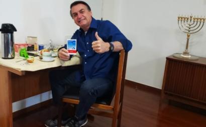 Jair Bolsonaro no dia em que comunicou que tinha testado negativo à covid-19.