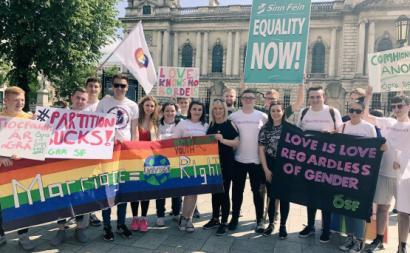"""Foi a juventude que contribuiu para o triunfo do """"sim"""" nos referendos e foi também ela que permitiu a vitória eleitoral do Sinn Féin – foto de Ógra Shinn Féin (juventude do Sinn Féin)"""