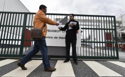 Comissão de Trabalhadores distribui comunicado à porta da PSA Mangualde.