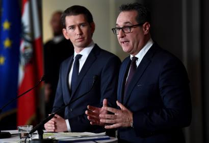 Sebastian Kurz (direita) e Heinz-Christian Strache (esquerda). Foto de Christian Bruna/ EPA/ LUSA.