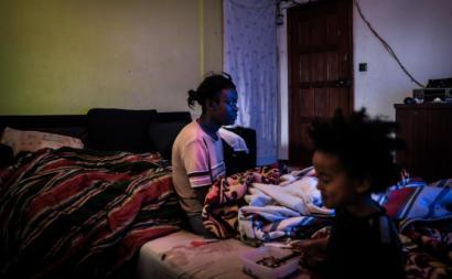 Higina Coxi e o seu filho James no interior da sua casa, no Bairro da Jamaica, Seixal, 23 de janeiro de 2019. Foto de Mário Cruz/Lusa.