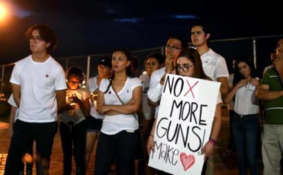 Vigília de solidariedade em Ciudad Juarez, México, pelas vítimas do massacre de El Paso, Texas, 3 de agosto de 2019. Foto: Rey Jauregui/EPA/Lusa.