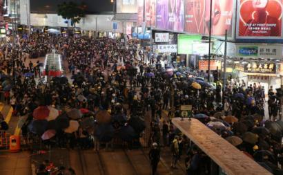 Manifestantes bloqueiam a estrada em Causeway Bay, Hong Kong, 4 de agosto de 2019. Foto:  Jerome Favre/EPA/Lusa.