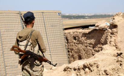 Miliciano curdo na fronteira com a Turquia