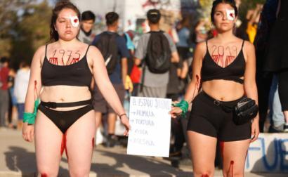 jovens protestam contra abusos sexuais da represão