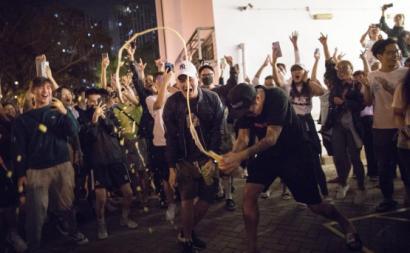 Festejos nas ruas de Hong Kong pelo resultado das eleições para os conselhos distritais. Novembro de 2019.