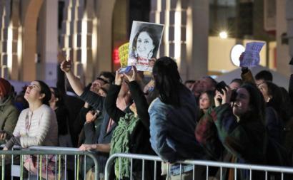 Manifestantes à porta do Parlamento exigem demissão do governo com um cartaz com a cara da jornalista Daphne Caruana Galizia, assassinada em 2017.