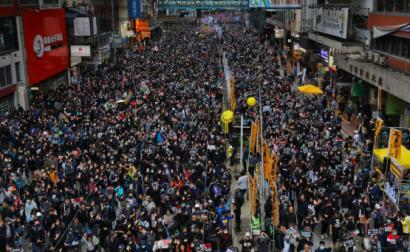 Manifestantes em Hong Kong a marcar o primeiro dia de 2020.
