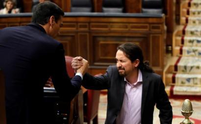 Pedro Sánchez e Pablo Iglesias cumprimentam-se durante o debate de investidura do governo espanhol. Janeiro de 2020.