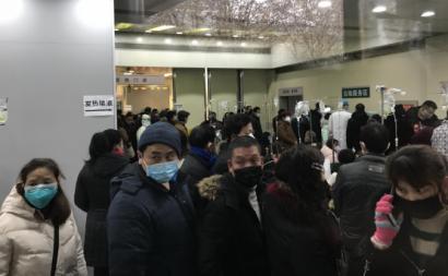 Pacientes aguardam ser atendidos num hospital em Wuahn, China, janeiro de 2020.