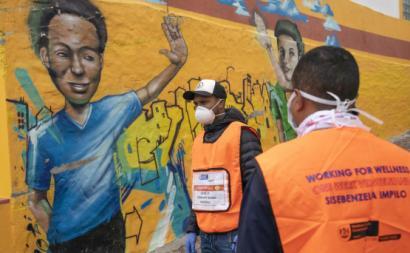 Trabalhadores do setor da saúde numa campanha de testagem porta-a-porta na Cidade do Cabo, África do Sul. NIC BOTHMA/EPA/LUSA.