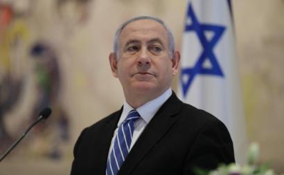 Netanyahu na primeira reunião do novo governo, no dia em que começará o seu julgamento. Foto de Abir Sultan/EPA/Lusa.