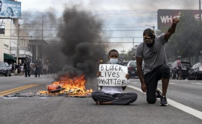 Manifestantes em Los Angeles. Foto de ETIENNE LAURENT/EPA/Lusa.