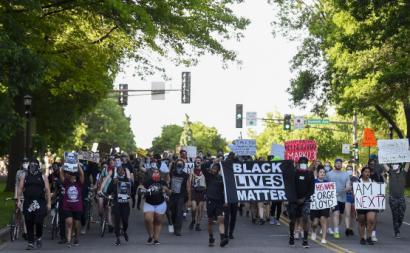 Manifestantes em Minneapolis. Foto de CRAIG LASSIG/EPA/Lusa.