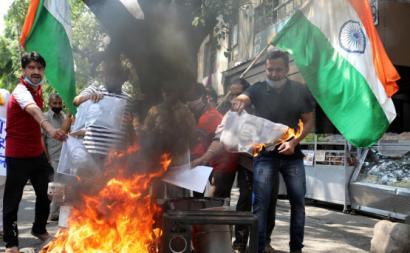 Manifestantes queimam símbolos chineses em Jammu. Foto de JAIPAL SINGH/EPA/Lusa.