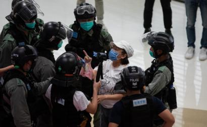Uma mulher protesta num centro comercial esta segunda-feira. Foto de JEROME FAVRE/EPA/Lusa.