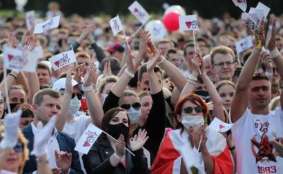 Membros da oposição participam no maior comício de sempre contra o presidente bielorusso. Foto de TATYANA ZENKOVICH/EPA/Lusa.