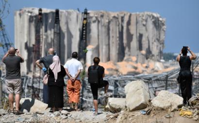 Pessoas olham para destroços de silo em Beirute
