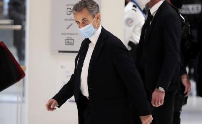 Sarkozy à entrada do julgamento em que está acusado de corrupção. Foto de JULIEN DE ROSA/EPA/Lusa.