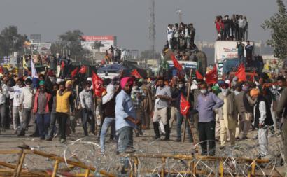 Manifestantes contra a desregulamentação dos mercados agrícolas são impedidos de entrar em Nova Delí. Novembro de 2020. Foto de RAJAT GUPTA/EPA/Lusa.