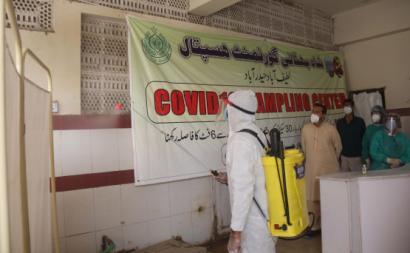 Trabalhador desinfeta Centro de Testes em Hyderabad, Paquistão, dezembro de 2020. Foto de NADEEM KHAWAR/EPA/Lusa.