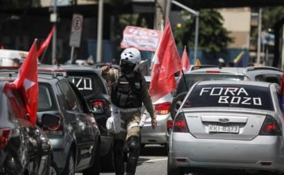 """""""Carreata"""" em Brasília pela destituição de Bolsonaro. Janeiro de 2020. Foto de FABIO MOTTA/EPA/Lusa."""
