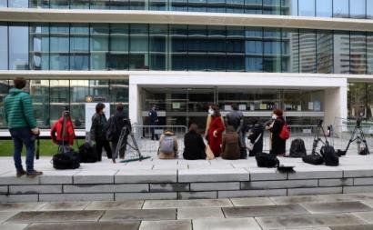 Jornalistas aguardam o início do julgamento no Campus de Justiça. Foto de António Cotrim, Lusa.