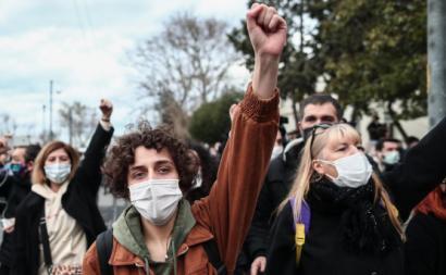 Manifestantes em Istambul. 02 de fevereiros de 2021. Foto de SEDAT SUNA/EPA/Lusa.