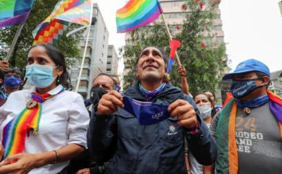 Yaku Peréz em vigília com os seus apoiantes para, segundo ele, tentar impedir uma fraude na contagem dos votos. Foto de Jose Jacome/EPA/Lusa.