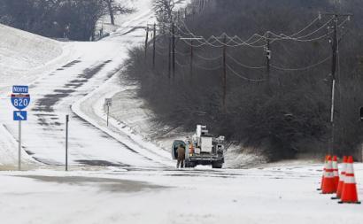 Carrinha de reparações da empresa de distribuição de eletricidade do Texas. Fevereiro de 2021. Foto de Ralph Lauer/EPA/Lusa.