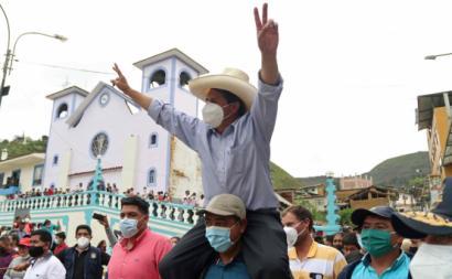 Pedro Castillo quando ia votar nas eleições de domingo no Peru. Foto de FRANCISCO VIGO/EPA/Lusa.