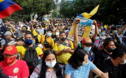 Manifestantes em Cali, Colômbia. Abril de 2021. Foto de Ernesto Guzmán Jr./EPA/Lusa.